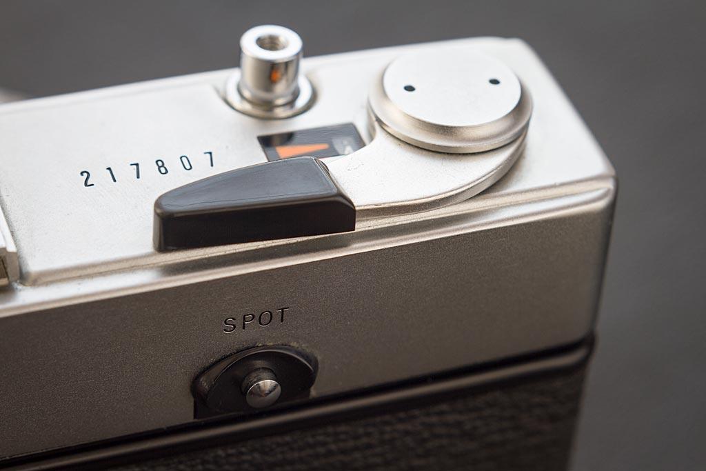 Pour utiliser la mesure Spot de l'Olympus 35 SP, voilà le bouton qu'il faut presser, au dos de l'appareil.