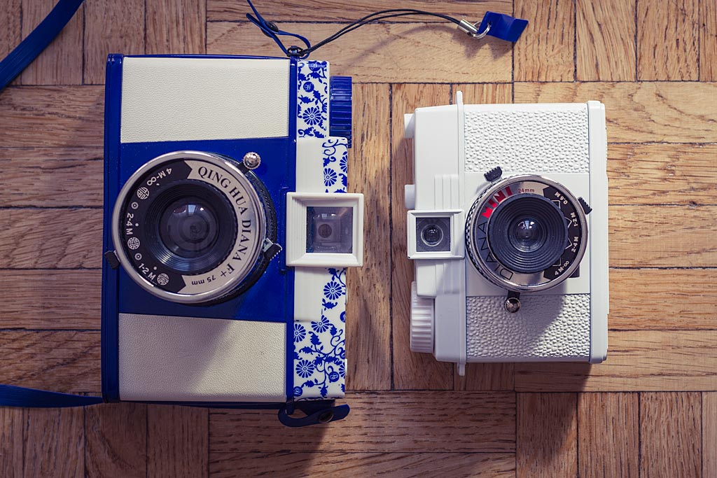 Diana F et Diana Mini côte à côté. La différence de taille est significative. Et le Diana F n'est pas un bien gros appareil, à la base.