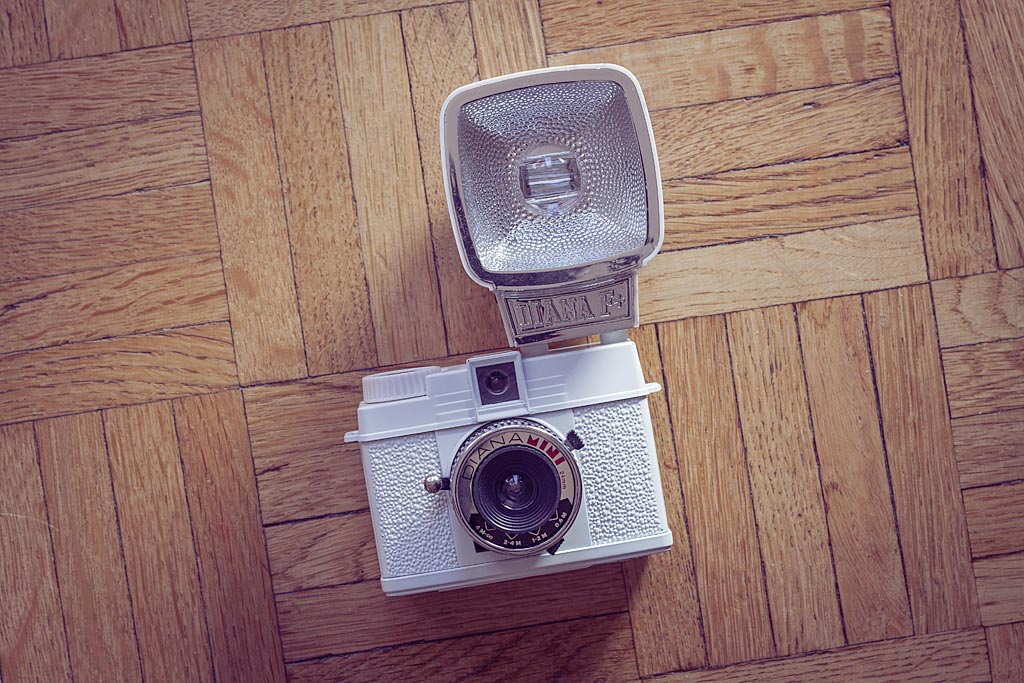 Fait presque exclusivement de plastique, y compris pour la lentille de l'objectif, le Diana Mini est l'archétype du toy camera.