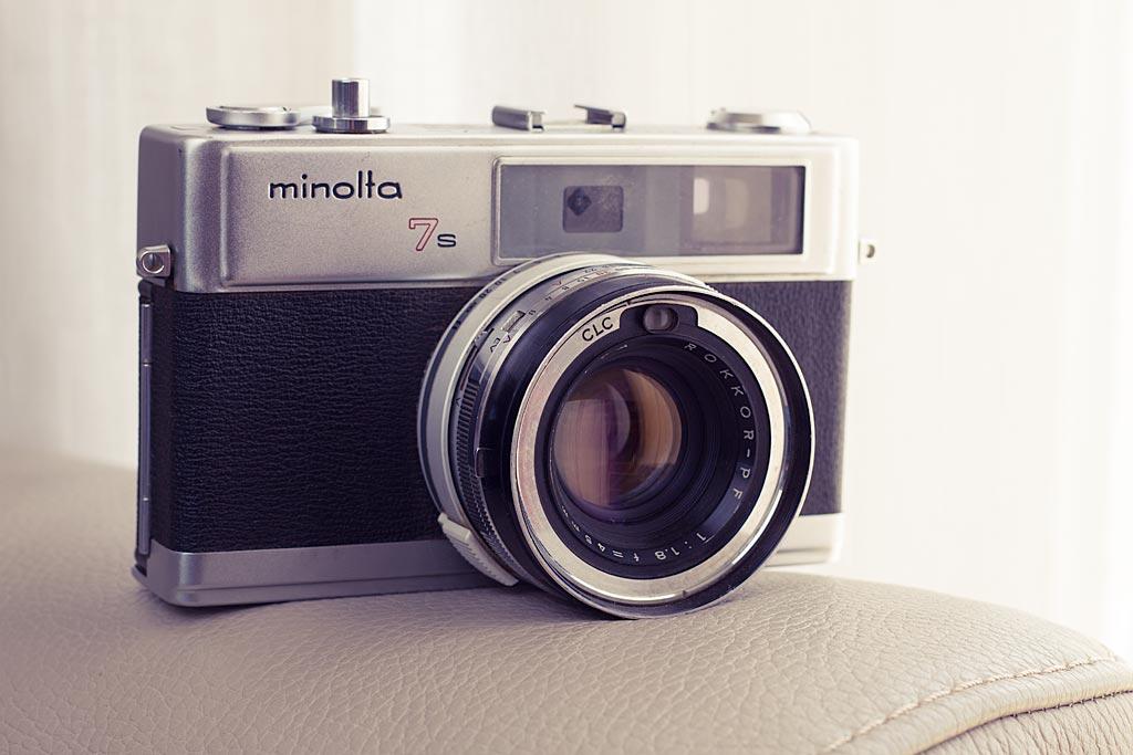 Le Minolta Hi-Matic 7S n'est pas le plus léger ou le moins encombrant de sa catégorie mais il est équipé d'une belle optique, et reste opérationnel en mode manuel, même sans pile.