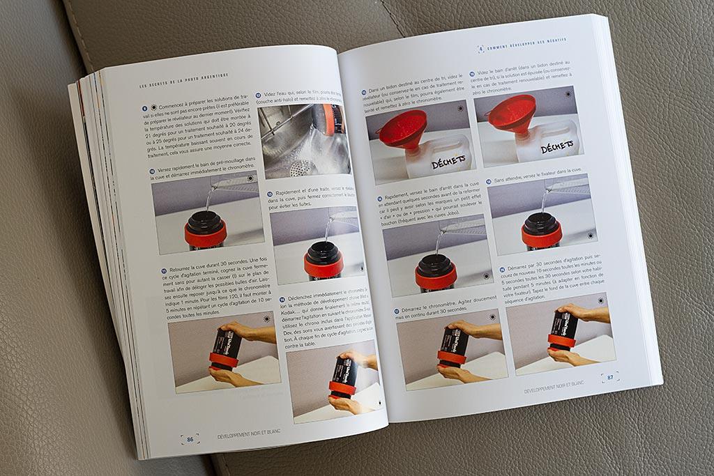 L'ouvrage contient un pas à pas très bien illustré expliquant comment développer ses négatifs noir et blanc.
